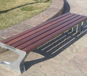 Banco de acero galvanizado y madera para plaza sin respaldo