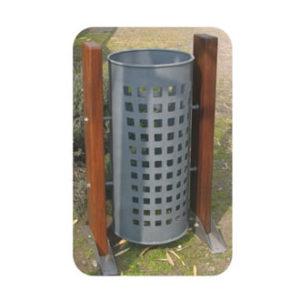 Cesto de basura de acero galvanizado con listones de madera 01